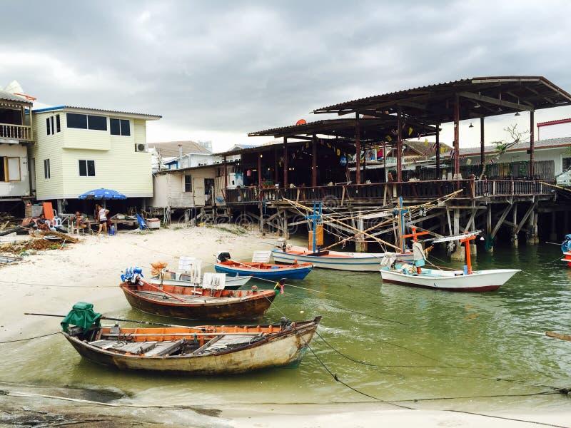 Bateaux de pêche dans le petit port de Hua Hin images stock