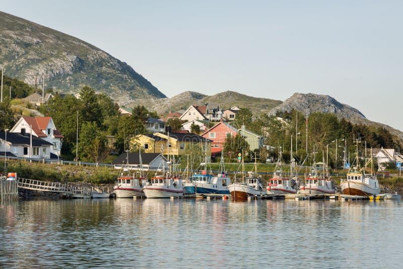 Bateaux de pêche dans le petit port, Norvège photographie stock libre de droits