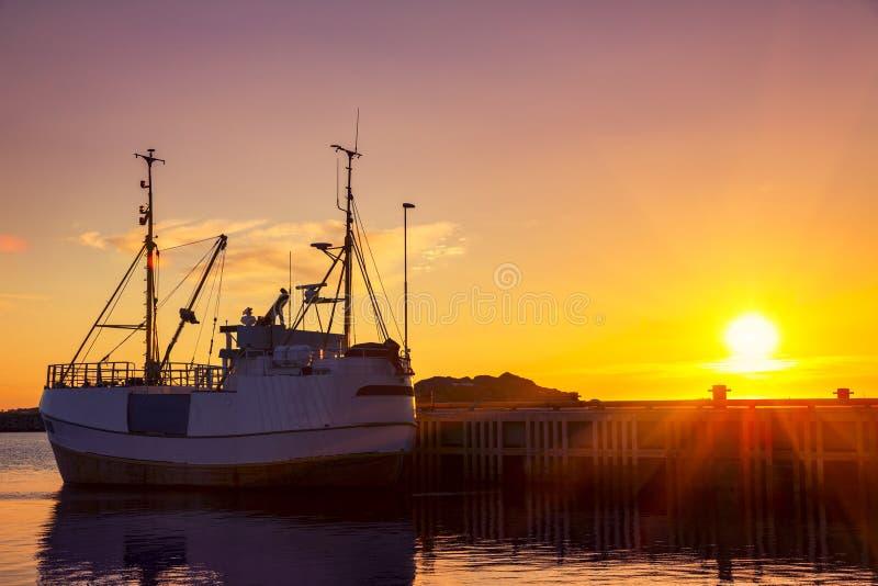 Bateaux de pêche dans le port au soleil de minuit en Norvège du nord, Lofo image stock