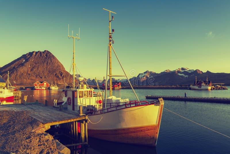 Bateaux de pêche dans le port au soleil de minuit en Norvège du nord, Lofo photo libre de droits