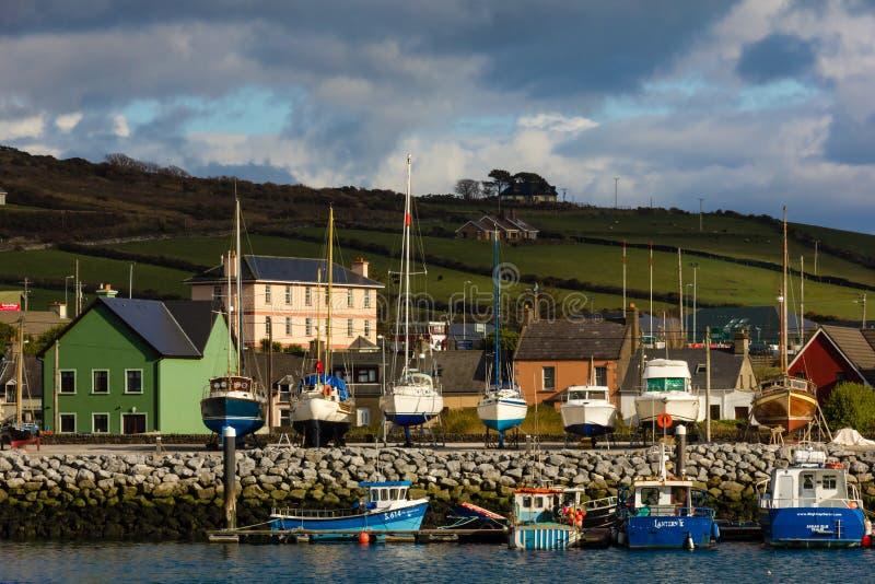 Bateaux de pêche dans le port vallon l'irlande image stock