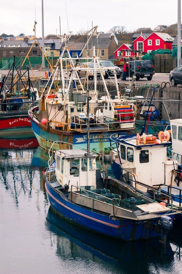 Bateaux de pêche dans le port vallon l'irlande photographie stock libre de droits