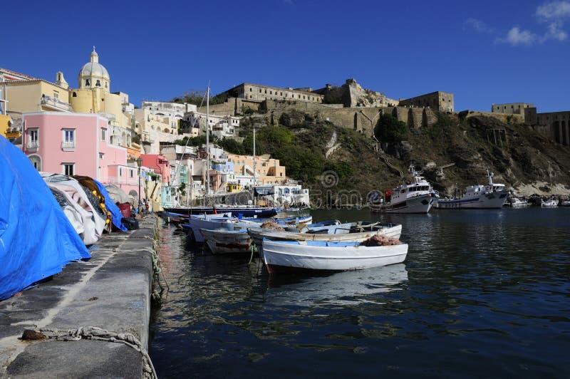 Bateaux de pêche dans Marina Corricella, Procida, Italie photos libres de droits
