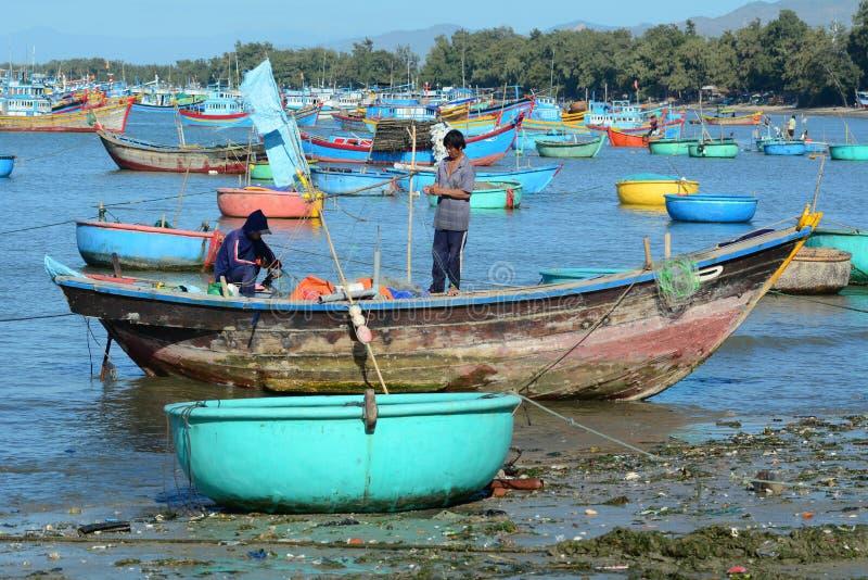 Bateaux de pêche dans Nha Trang, Vietnam image stock