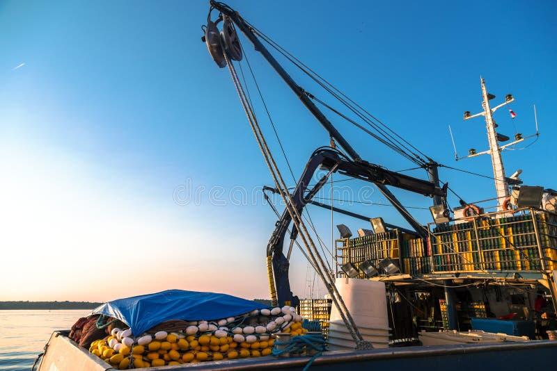 Bateaux de pêche dans un port images libres de droits