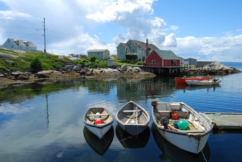 Bateaux de pêche dans un port photos stock