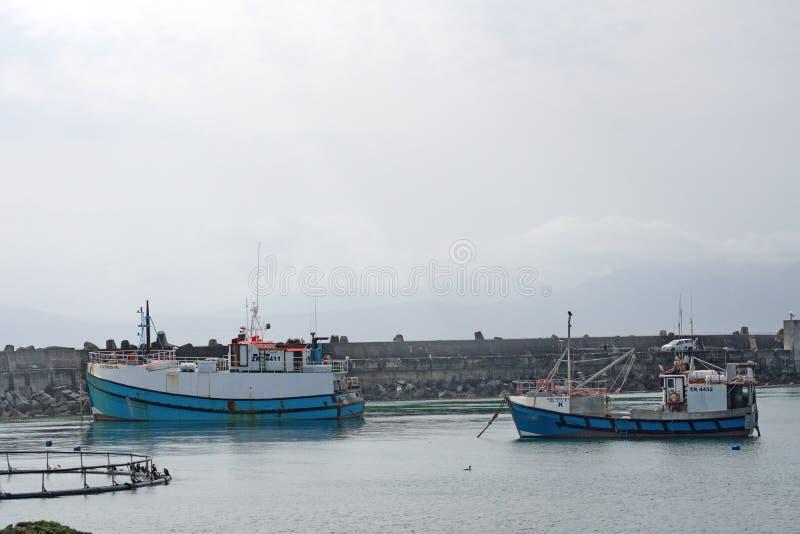 Bateaux de pêche dans un port photographie stock