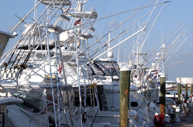 Bateaux de pêche dans une marina photographie stock