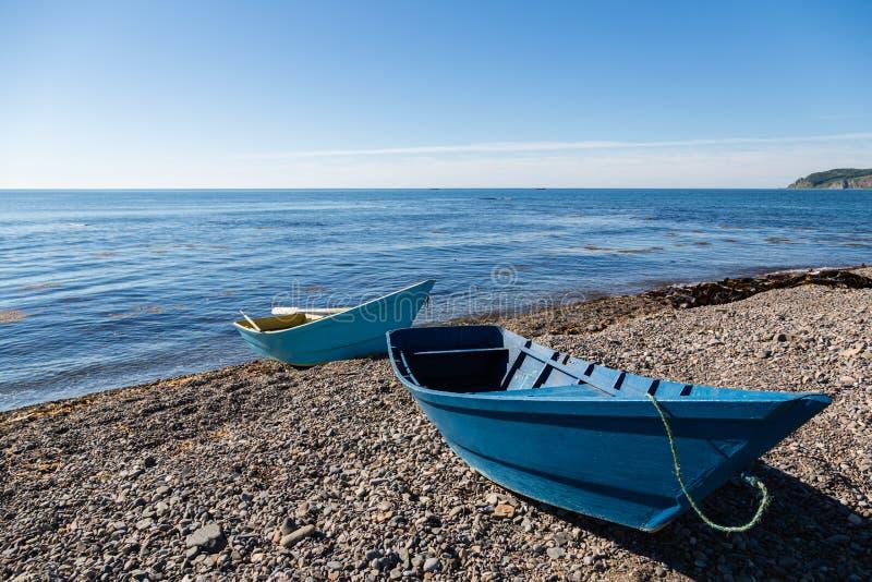 Bateaux de pêche en bois sur la mer Pebble Beach photographie stock libre de droits