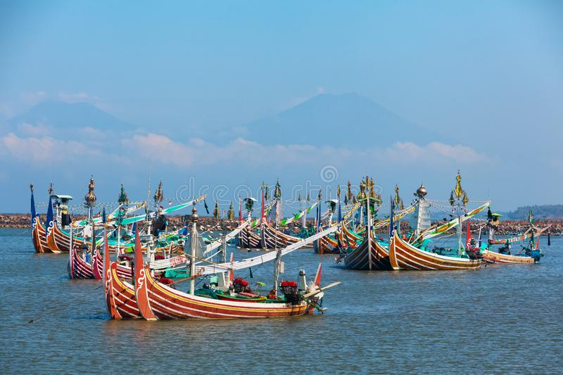 Bateaux de pêche en bois traditionnels sur l'île de Bali image stock