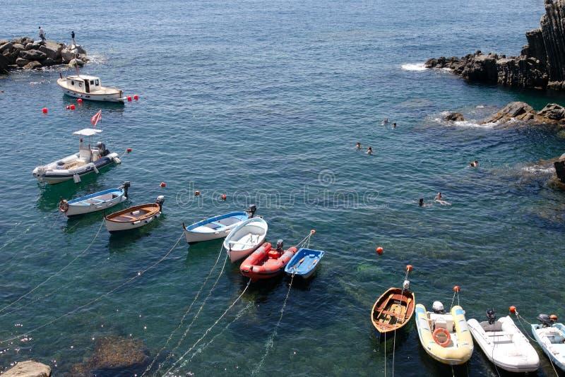 Bateaux de pêche en Cinque Terre, Italie photographie stock