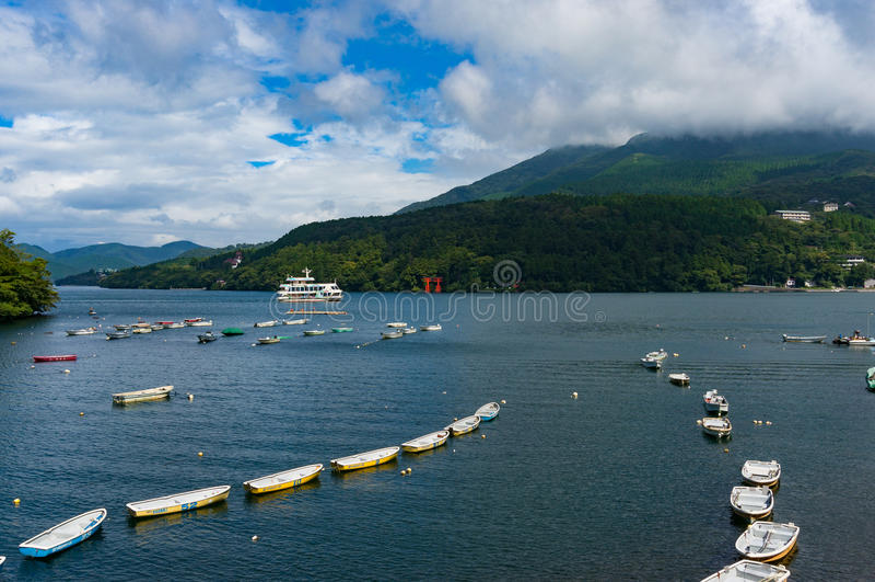 Bateaux de pêche et bateau de croisière sur le lac Hakone images libres de droits