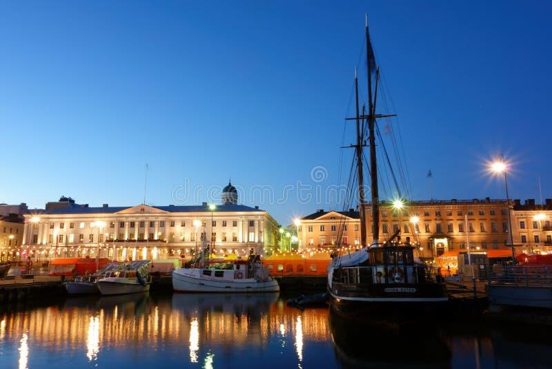 Bateaux de pêche et un bateau de navigation à la place du marché de Helsinki égalisant en octobre image stock