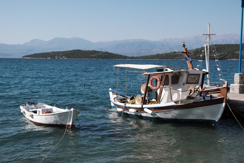 Bateaux de pêche grecs en bois traditionnels, Glyfada, Phocis, Grèce photos stock