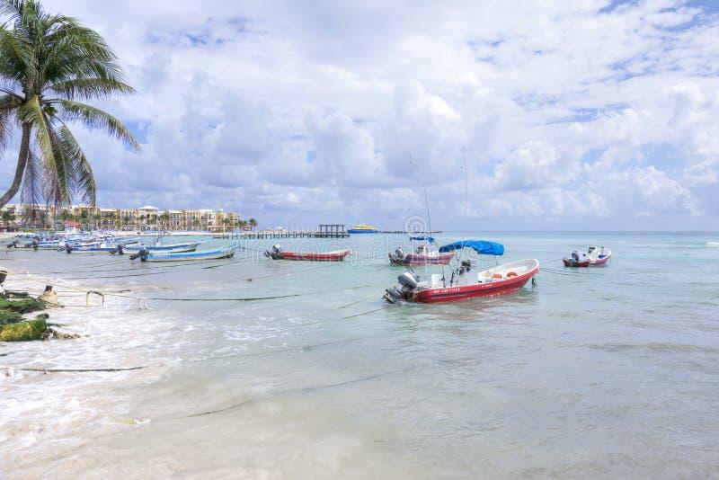 Bateaux de pêche mexicains au Playa del Carmen image libre de droits
