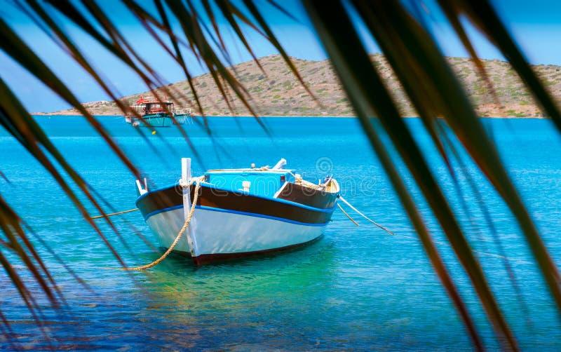 Bateaux de pêche outre de la côte de Crète, Grèce image stock