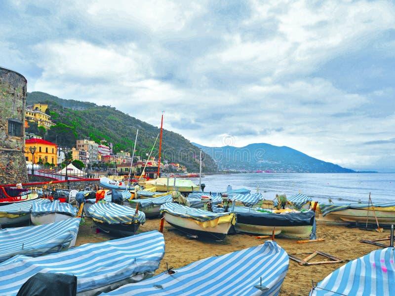 Bateaux de pêche par temps nuageux sur la plage de Laigueglia, Savone, Ligurie, mer ligurienne, Italie images stock