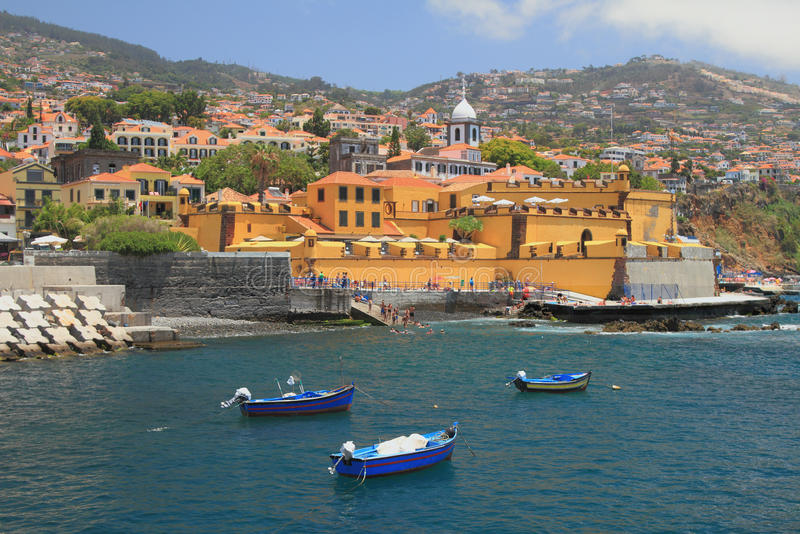 Bateaux de pêche, plage de ville et forteresse antique Funchal, Madère, Portugal photo stock