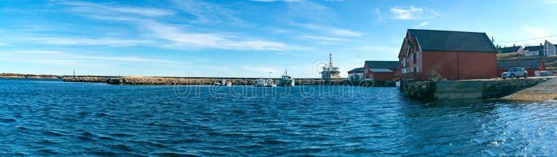 Bateaux de pêche s'étendant dans un dock photo stock