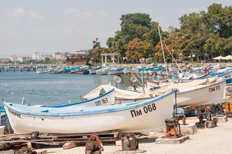 Bateaux de pêche se garants dans Pomorie, Bulgarie photos stock