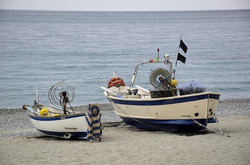 Bateaux de pêche secs sur la plage photos stock