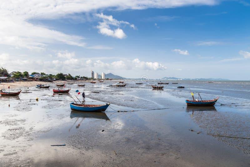 Bateaux de pêche sur la boue de plage photos stock