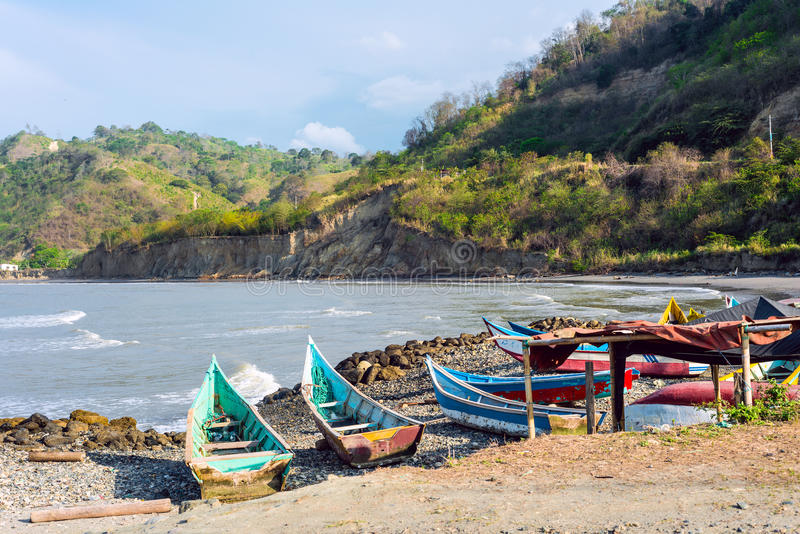 Bateaux de pêche sur la côte du nord de l'Equateur photo libre de droits
