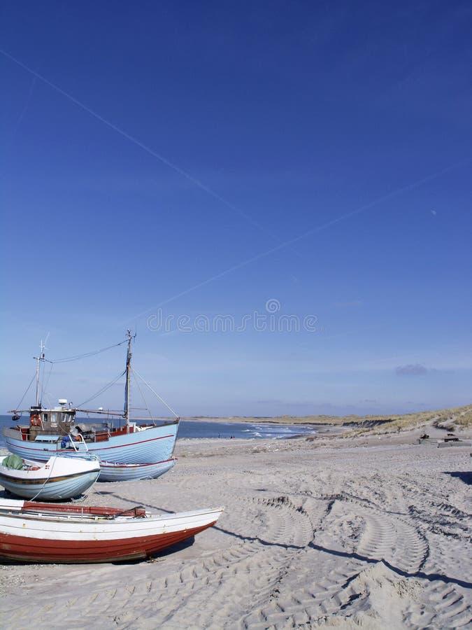 Bateaux de pêche sur la plage image libre de droits