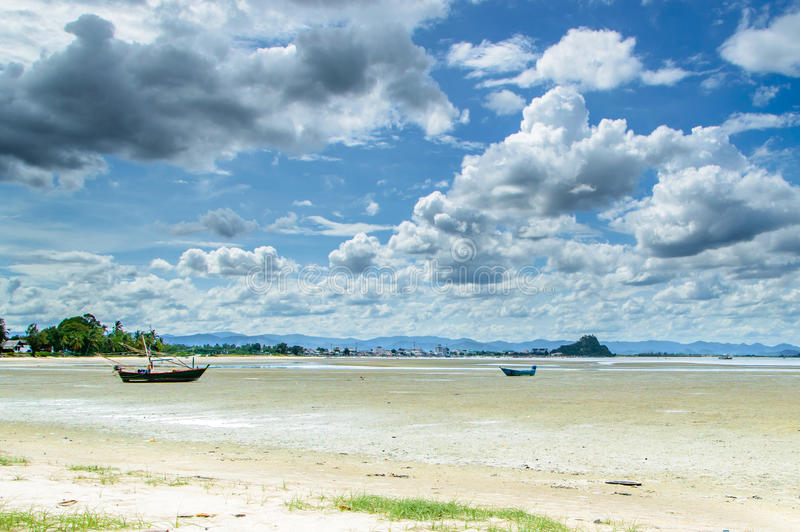 Bateaux de pêche sur la plage photo stock
