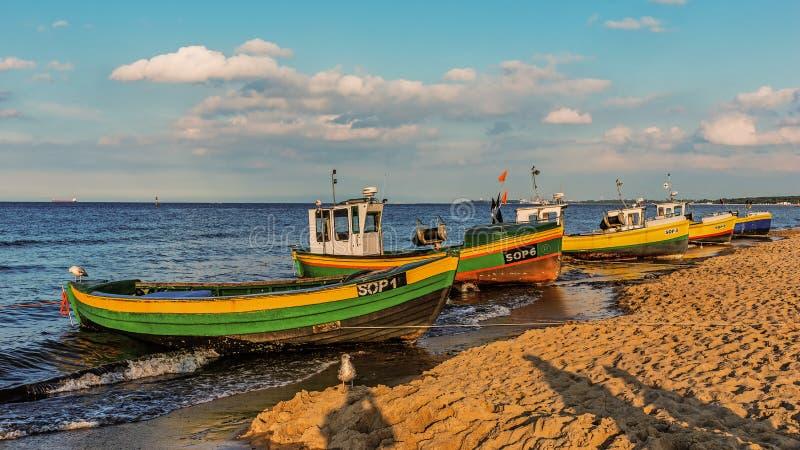 Bateaux de pêche sur la plage dans Sopot photo stock