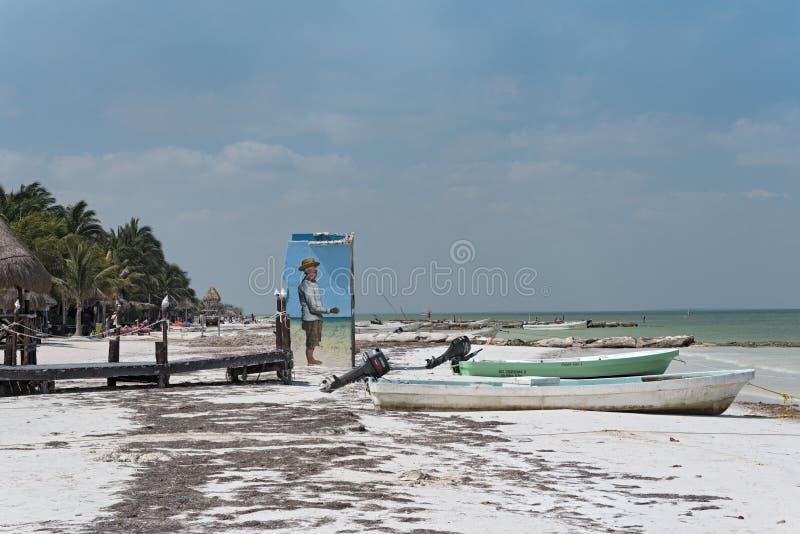 Bateaux de pêche sur la plage de l'île de holbox, Mexique photographie stock