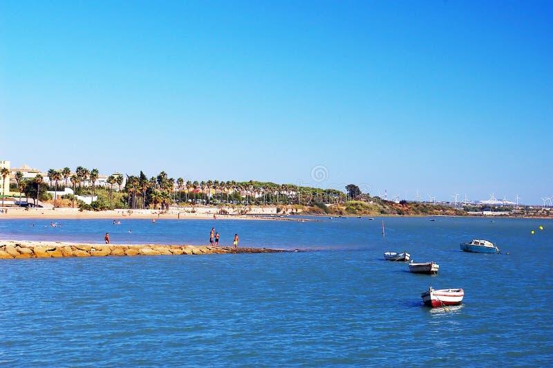 Bateaux de pêche sur la plage de Puerto vraie à Cadix, Andalousie l'espagne images libres de droits