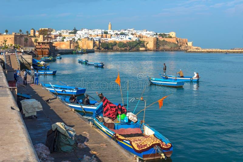 Bateaux de pêche sur la rivière de Bou Regreg dans le port de Rabat images libres de droits