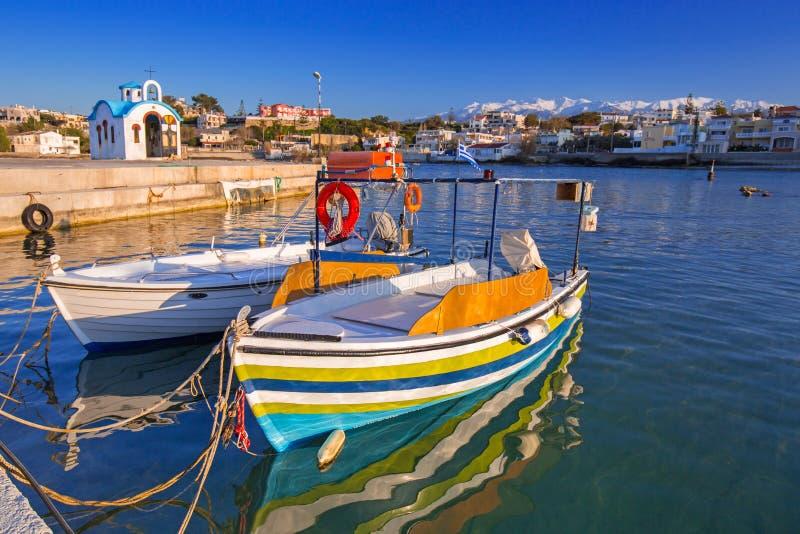 Bateaux de pêche sur le littoral de Crète images libres de droits