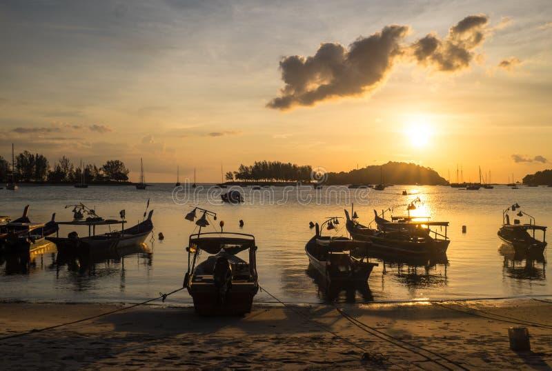 Bateaux de pêche sur une plage photos libres de droits