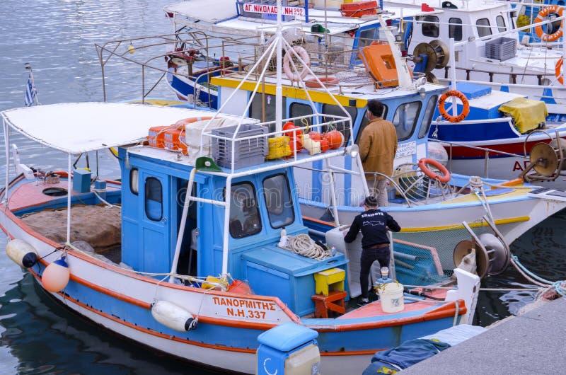Bateaux de pêche traditionnels colorés accouplés au vieux port vénitien dans la ville de Héraklion image stock
