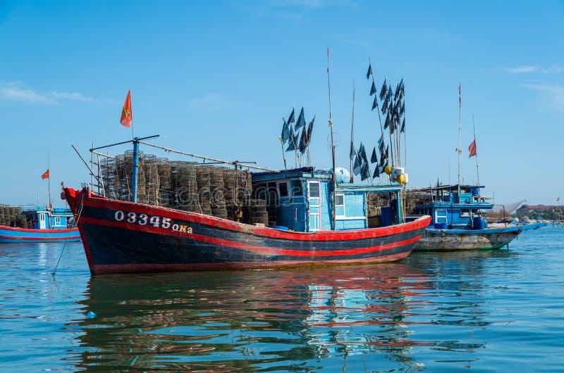 Bateaux de pêche vietnamiens sur la rivière de Vin Cura Dai près de Hoi An photographie stock