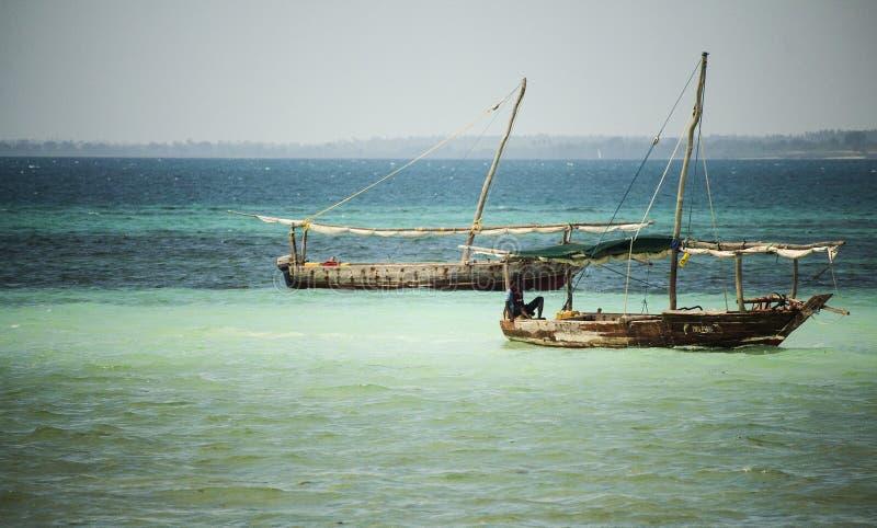 Bateaux de pêcheur dans l'Océan Indien Île de Kwale zanzibar tanzania image libre de droits