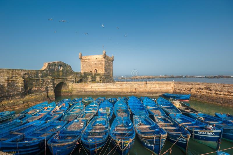 Bateaux de pêcheur dans le port d'Essaouira, Maroc images libres de droits