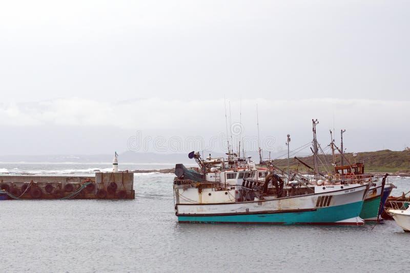 Bateaux de p?che dans un port photographie stock libre de droits