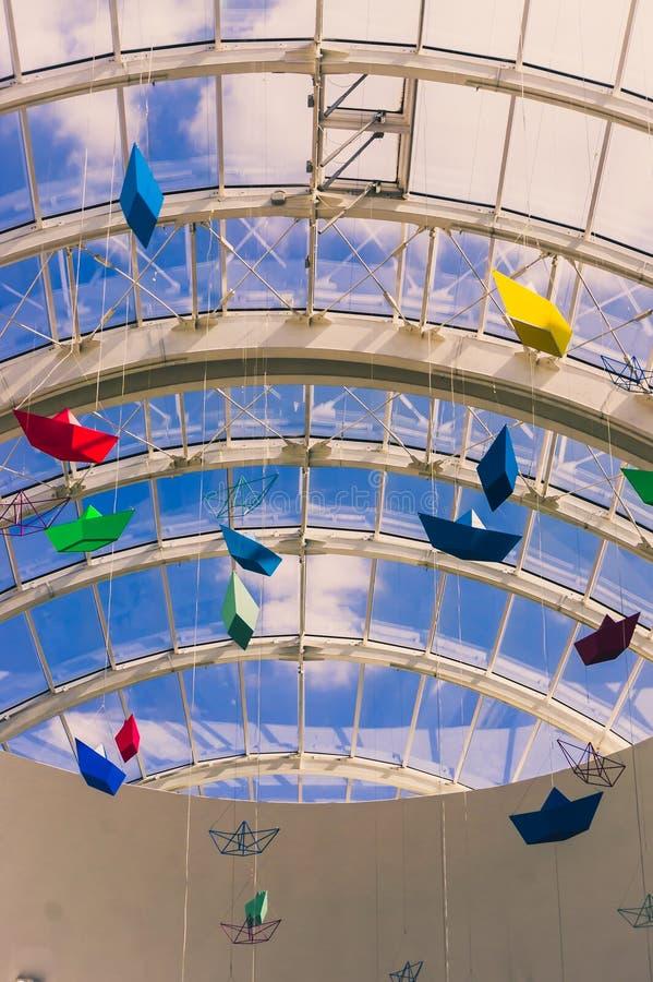 Bateaux de papier de couleur pendant du plafond image libre de droits