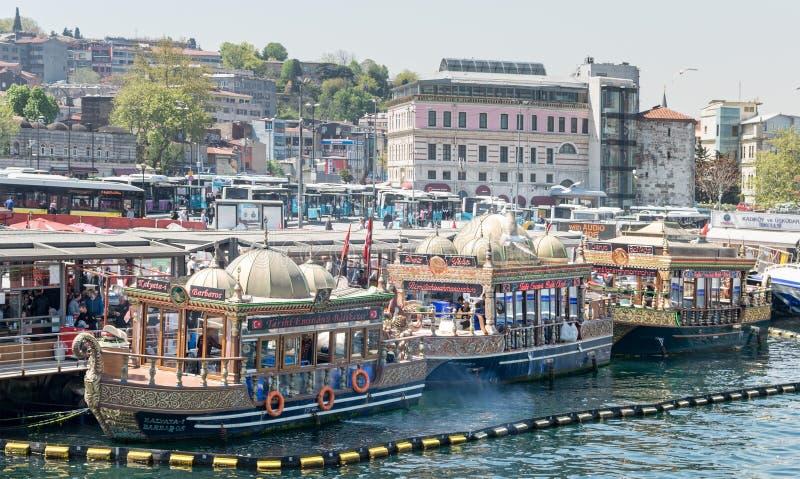 Bateaux de pendillement traditionnels d'aliments de préparation rapide servant des sandwichs à poissons chez Eminonu, Istanbul, T images libres de droits