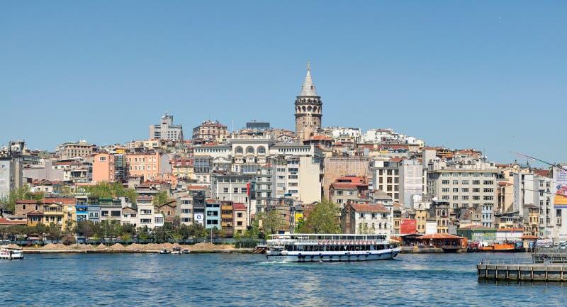 Bateaux de pendillement traditionnels d'aliments de préparation rapide servant des sandwichs à poissons chez Eminonu, Istanbul, T photographie stock