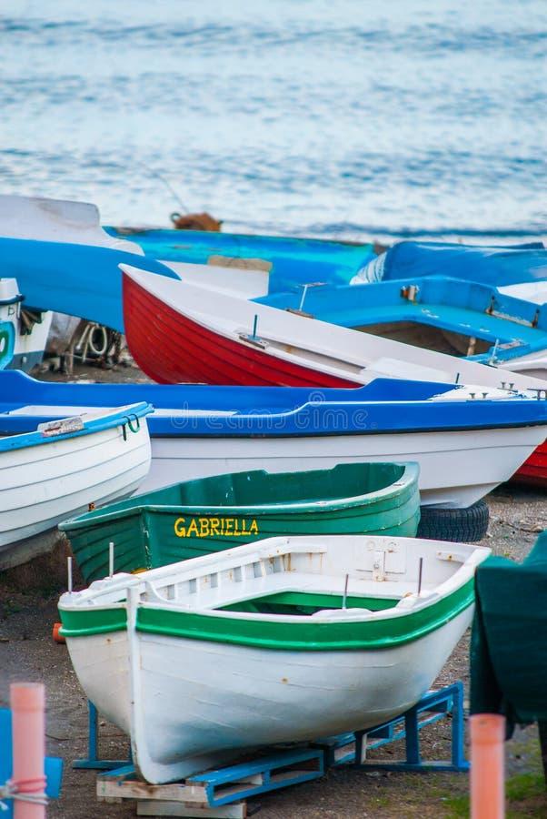 Bateaux de pescam amarrés sur la plage photographie stock libre de droits