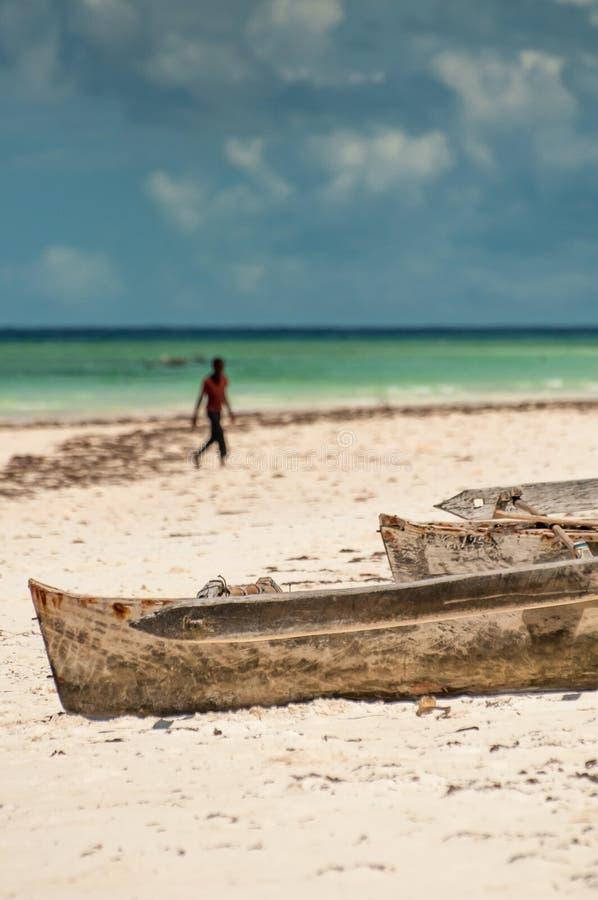 Bateaux de pirogue sur la plage images stock