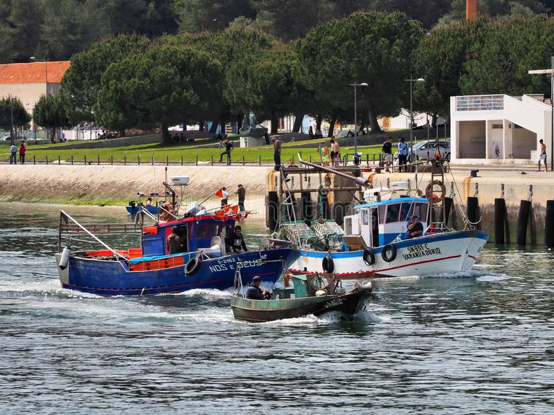 Bateaux de poissons en cours pour lancer sur le marché photographie stock
