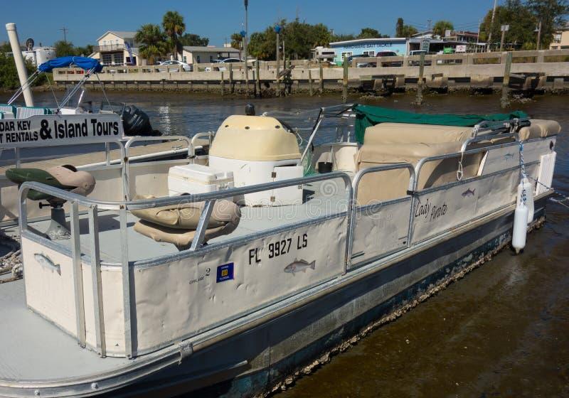 Bateaux de ponton accouplés à marée basse photo libre de droits