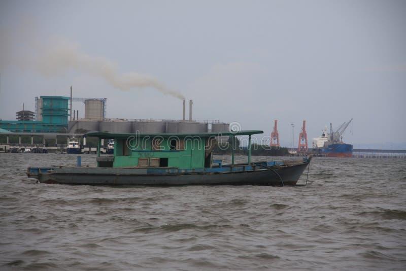 Bateaux de port et cheminées d'évacuation des fumées en Malaisie image stock