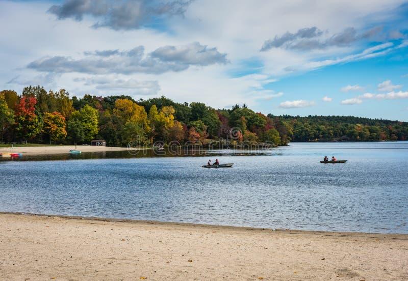 Bateaux de rangée - parc d'état de Taghkanic de lac - Ancram, NY photo stock