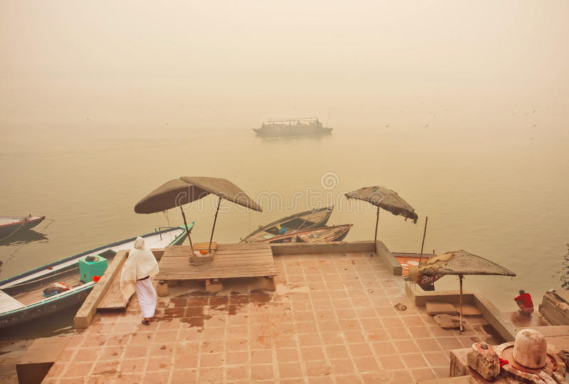 Bateaux de rivière en brouillard de scène de matin sur le Gange avec de vieux docks et bateaux images libres de droits